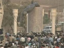 Den ti meter Saddam-statuen faller.