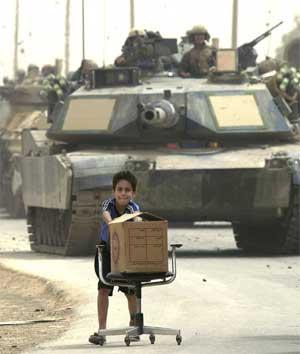 En irakisk gutt med et lite bytte i Bagdad. (Foto: Reuters/Takahashi)