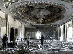 Irakere betrakter ødeleggelsene i ett av presidentpalassene i Bagdad. Foto: Kyodo, Reuters
