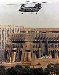 Et amerikansk helikopter flyer over en av bygningene til den gamle ledelsen i Bagdad. Foto: Akram Saleh, Bagdad