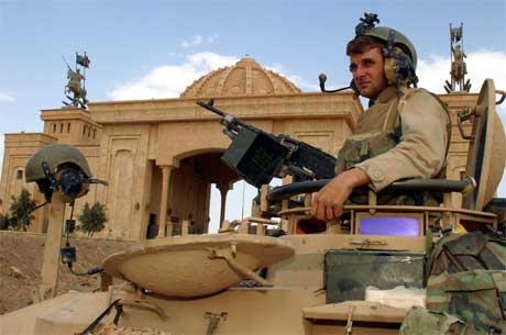 Amerikansk soldat foran presidentens hovedpalass. Foto: Nikola Solic, Reuters