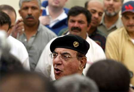 Mohammed Saeed al-Sahaf overbeviser pressen i Bagdad 7. april, samme dag USA tok hovedpalasset til Saddam Hussein i byen. (Foto: Reuters/Faleh Kheiber)