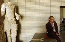 Fungerende direktør for Iraks nasjonalmuseum, Mushin Hasan, med en ødelagt skulptur. Foto: Getty Images