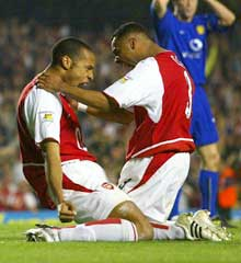 Ashley Cole og Thierry Henry ferier 1-1-målet. (Foto: Ben Radford/Getty Images)
