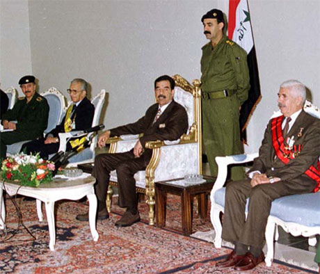 Dette biletet frå 1999 viser Saddam Hussein saman med dei to halvbrørne, Barzan (t.v.) og Watban (t.h.) Begge er no arresterte av amerikanske styrkar. (Reuters-Ina-arkivfoto)