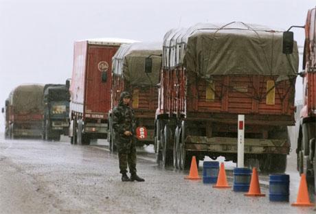 Lastebiler fra FNs matvareprogram er på vei til Irak fra Jordan, Iran og Tyrkia. (Reuters-foto)