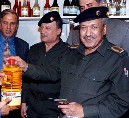 Hikmat al-Azzawi (t.h.) avbildet med et libanesisk oljeprodukt mens han ennå var sjef. (Foto: Reuters/Faleh Kheiber)