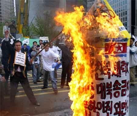 """Sørkoreanere setter fyr på en nordkoreansk """"atomakett"""" i en demonstrasjon i Seoul 19. april 2003. (Foto: Reuters/Kim Kyung-Hoon)"""