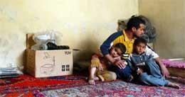 En liten familie i Iraks hovedstad Bagdad trøster hverandre (foto: Getty Images)