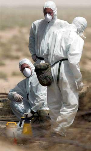Amerikanske eksperter på kjemiske våpen i arbeid ved Basra 9. april. (Foto: Reuters/Dan Chung)