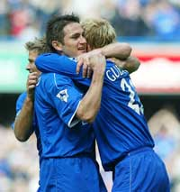 Frank Lampard gratulerer Eidur Gudjohnsen med 1-0-målet. (Foto: Scanpix)