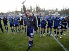 "Thomas Finstad avsluttet fotballfesten med å synge ""Great bals of fire"". (Foto: Tor Richardsen/Scanpix)"