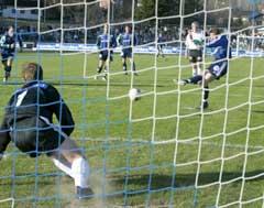 Christian Holter gjør 1-1 på straffe. (Foto: Tor Richardsen/Scanpix)