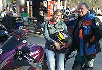Undertegnede fikk sin debut på to hjul på utflukten til Tyrigrava. På et hjul til og med. Sykkelen er en Suzuku RF900. Sjåføren er Kåre Gudmundsrud.