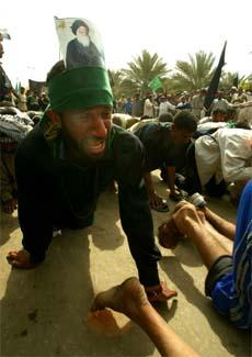 Sjiamuslimske menn krabber rundt den hellige moskeen i Karbala. (Foto: Reuters/Scanpix)