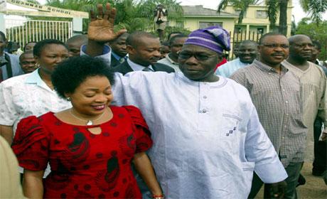 Olusegun Obasanjo saman med kona Stella etter at dei hadde røysta tysdag føremiddag. (Foto: Juda Ngwenya, Reuters)