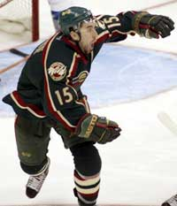 Minnesota Wilds Andrew Burnette jubler etter å ha scoret i sudden death. (Foto: Gary C. Caskey/Reuters)