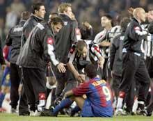 Barcelonas Patrick Kluivert blir trøstet av Juventus-spillerne etter tirsdagens kamp. (Foto: Gustau Nacarino/Reuters)