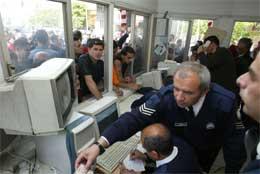 Det var folksomt ved politistasjonen der de som ville krysse delelinjen, måtte registrere seg (REUTERS/ Andreas Manolis)