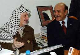 Arafat og sjefen for den egyptiske etterretningstjenesten Omar Suleiman i Arafats hovedkvarter i Ramallah i dag. Suleiman gjorde et siste forsøk på å få partene enige (REUTERS/Palestinan Authority/Omar Rashidi).