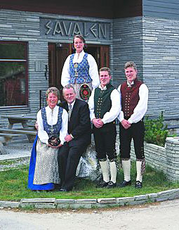 Sindre Hektoen omkranset av kona Grete og barna som har tatt over driften av hotellet.