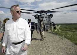 Jay Garner leder utbetalingene av lønninger til irakiske statsansatte (Arkivfoto Reuters)