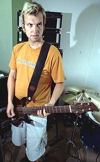 """Pål Bøttger Kjærnes """"Pål Pot Pamparius"""". Tangenter, perkusjon, gitar under øving før sommerens turne. Foto: Trond Sættem."""