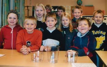 Nysgjerrige elever. Foran: Stine, Jonas, Lasse, Ellen og Erlend. Bak: Kristine, Jostein, Dennis, Eirik og Andreas