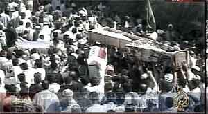 Ofrene begraves i Falluja. Bilder fra Al-Jazeera.