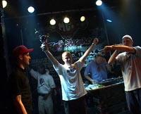Definite med pokalen i 2002. Etter tre strake seirer deltar ikke Oslo-rapperen i år. Foto: Fritjof Krogvold, NRK.