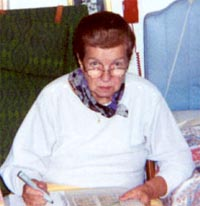 Angelica Hustveit i ferd med å markere med tusj alle de stedene i dagens aviser som nevner hennes navn.