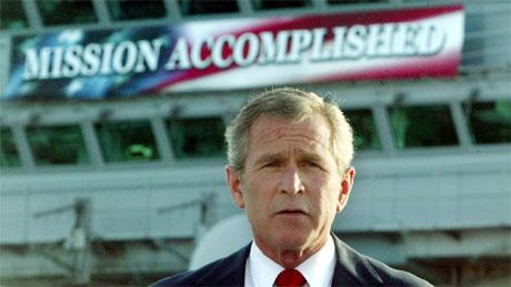 "George W. Bush holdt sin tale om bord på hangarskipet ""USS Abraham Lincoln"". (Foto: Larry Downing, Reuters)"
