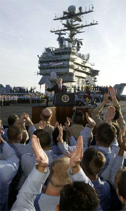 "Det var stor stemning om bord på ""Abraham Llincoln"" da George W. Bush holdt sin tale i natt. (Foto: Larry Downing, Reuters)"