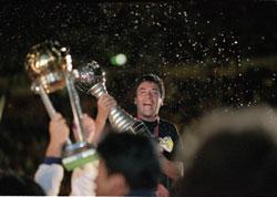 Mauricio Macri som var kidnappingsoffer for 12 år siden er blant annet president i landets desidert mest populære fotballklubb Boca Juniors. Her feirer laget en av sine triumfer. Foto: Shaun Botterill /Getty Images