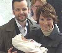 De stolte foreldre prinsesse Märtha Louise og Ari Behn med Maud Angelica. (NRK-foto)