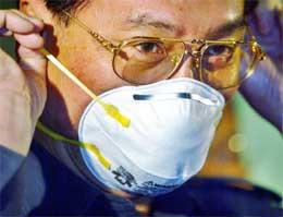 Også Malaysisas helseminister Chua Jui Meng har tatt på seg munnbind. Det ble i dag kjent at mannskapet på en Malaysia-reistrert båt kan være smittet av sars (REUTERS/Bazuki Muhammad).