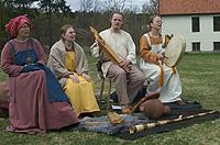 Gruppa Til leik består av Allegra Mork, Inger Hohler, Øystein B. Gadmar og Tone Gadmar.