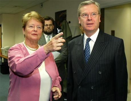 WHO-sjef Gro Harlem Brundtland saman med EU-kommissær David Byrne i Brussel tysdag. (Foto: Thierry Roge, Reuters)