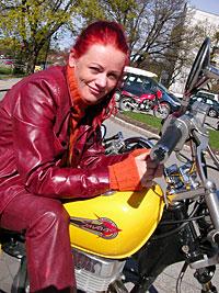 Unni Wilhelmsen liker frihet - kunstnerisk og i trafikken. Foto: Marius Saasen Strand, NRK.