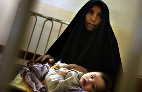 Irakisk kvinne med det sjuke barnet sitt på eit sjukehus i Basra. (Foto: Damir Sagolj/Reuters)