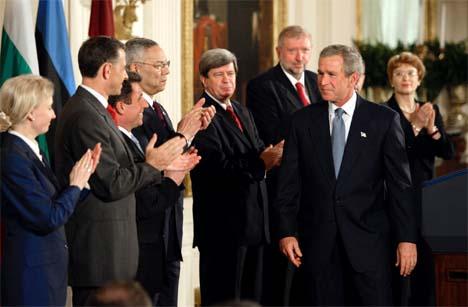 President George W. Bush mottar hyllest fra utenriksministerene i Latvia, Litauen, Estland, Slovenia, Slovakia, Bulgaria og Romania. (Foto: Reuters/Scanpix)