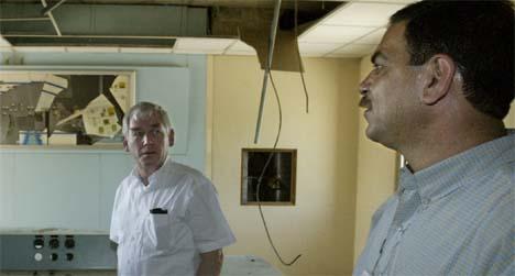 Poul Nielson (t.v.), dansk EU-kommisær for utvikling og humanitær  bistand, under sitt besøk i Bagdad. (Foto: Reuters/Scanpix)