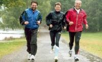 Trio maraton. Ingrid Kristiansen flanker av Nitimens Ruben Friis (til v.) og Gerhard Kraft...