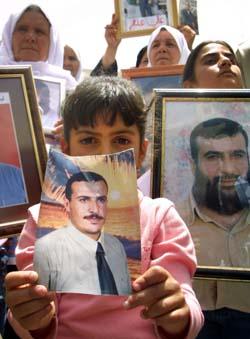 Slektninger til palestinere som ble sendt i eksil etter beleiringen av Fødselskirken i fjor, demonstrerte lørdag da Colin Powell kom til Midtøsten. (Foto: M. Johansson, Reuters)