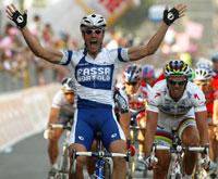 Alessandro Petacchi sniker seg foran spurtkanonen Mario Cipollini på den første etappen i Giro dItalia. (Foto: Stefano Rellandini/Reuters)