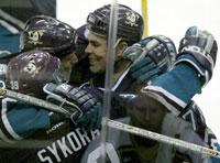 Petr Sykora blir omfavnet av lagkameratene etter å ha scoret vinnermålet. (Foto: Getty Images)