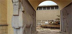 Amerikanske soldater lot ikke bare plyndringen av irakiske museer skje. De stjal selv kunstgjenstander, hevder tysk historiker.
