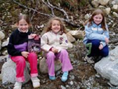 Susanne Hjelle (8 år), Sofie Hjelle (6 år) og Kine Kvisvik (8 år)