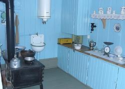 Norsk tradisjonskjøkken - kvinneleg tumleplass mellom barselseng og styrerom.