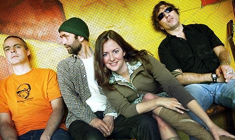 Leslie Ahern i Tweeterfriendly Music sammen med resten av bandet. Fra venstre: Yngve Leidulv Sætre, Hans Petter Gundersen og Kjartan Kristiansen. Foto: Heiko Junge / SCANPIX.